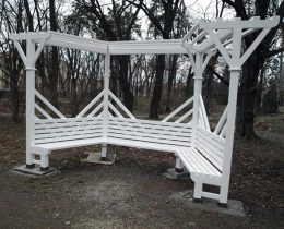 09 Bela klupa pergola nova – Gradski park u Vrscu