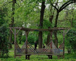 10 Bela klupa pergola ostecena – Gradski park u Vrscu